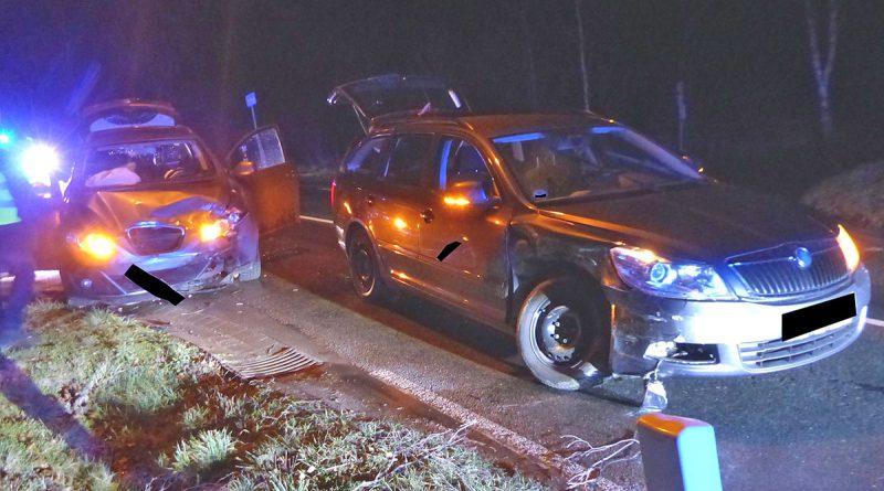 Zwei Autos kollidieren auf Kreuzung