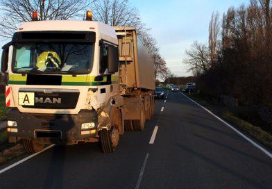 Lastwagen fährt auf abbiegendes Auto auf