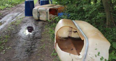 Heizöltanks, Metallfässer und Kanister aufgefunden – Polizei ermittelt wegen Umweltdelikten